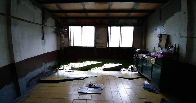 警方趕緊疏散6戶人家,居民驚呼塌陷情況簡直就像大地震。(屋主陳小姐提供)