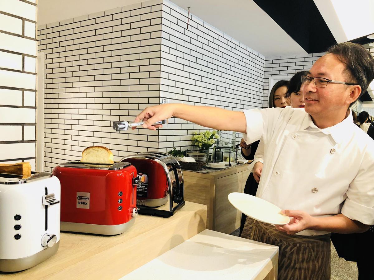 吳寶春示範選用歐洲精品烤吐司機烤吐司。