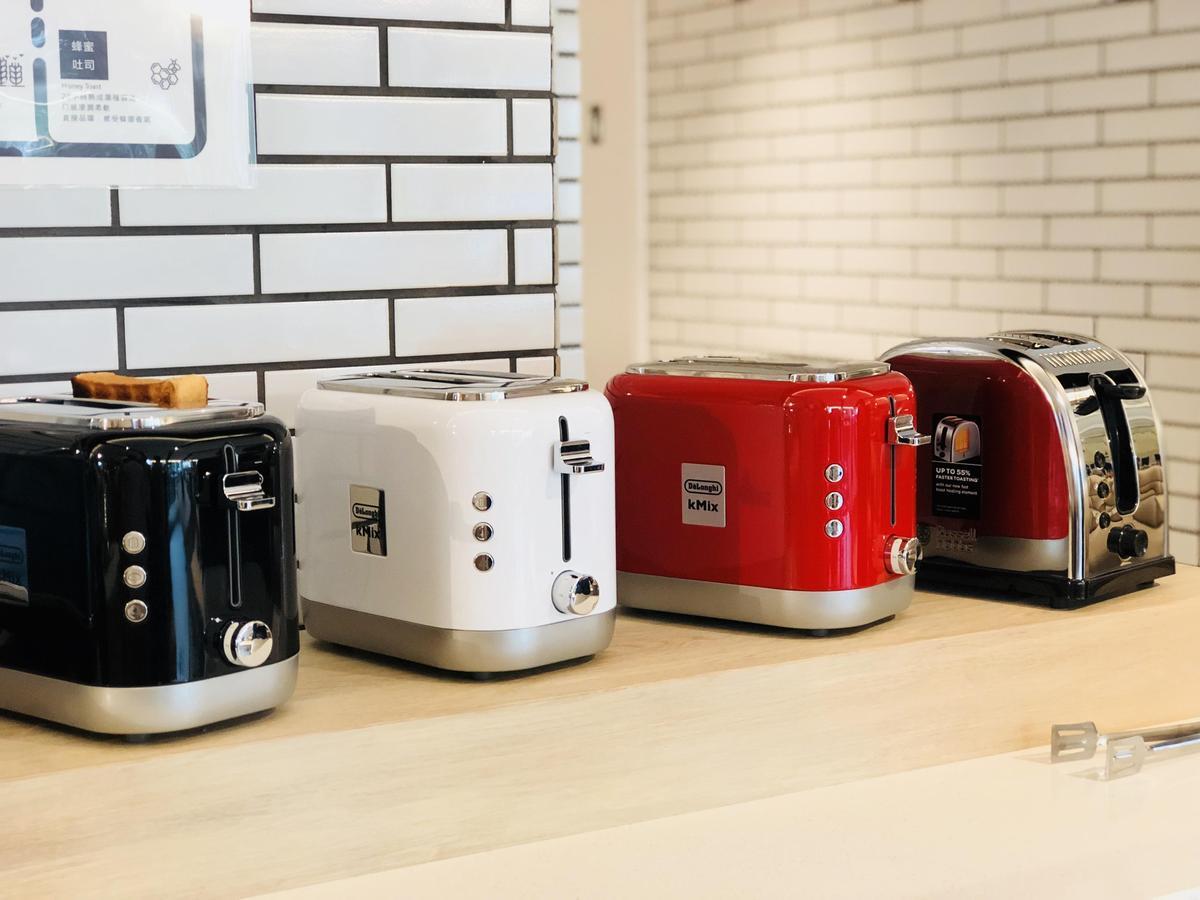 用餐區配備5台色彩繽紛的義大利Delonghi迪朗奇烤吐司機及英國Russell Hobbs烤吐司機。