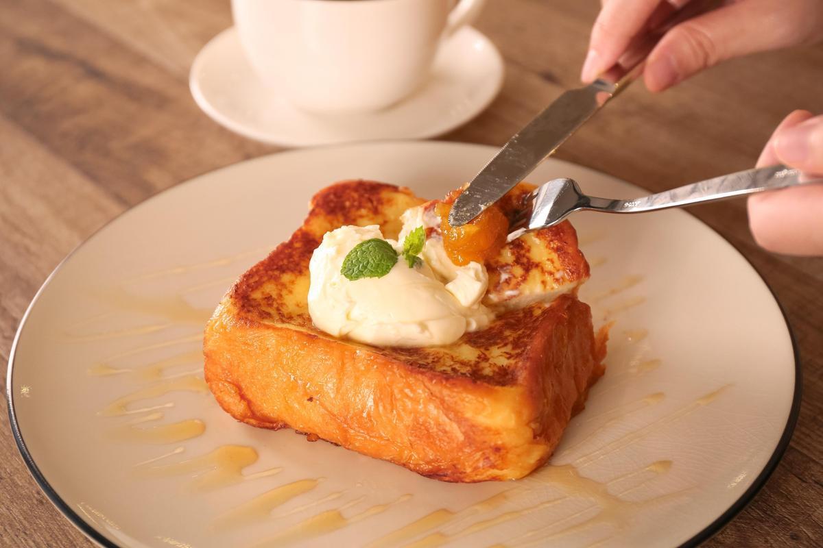 「金磚上的雲朵」將厚片法式吐司,淋上台灣龍眼蜜,搭配Mascarpone乳酪與自製果醬(220元/份)(吳寶春麥方店提供)