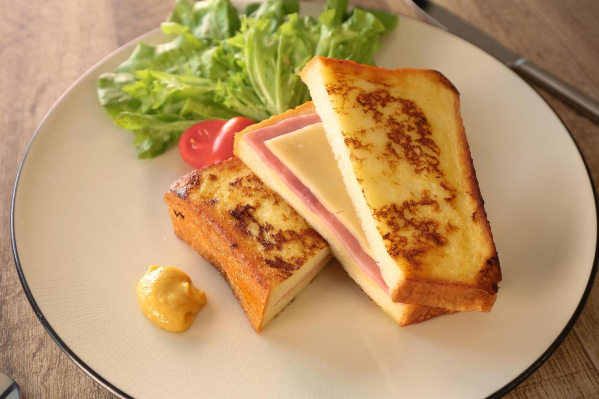 「咬咬先生」以山茶花吐司夾入信功火腿、Mozzarella起司烤製而成。(280元/份)(吳寶春麥方店提供)