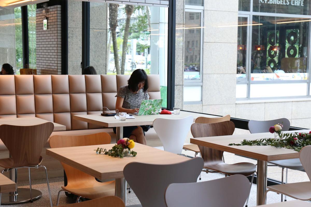 吳寶春麵包店台北信義旗艦店首創可內用的麵包文化沙龍區。(吳寶春麥方店提供)