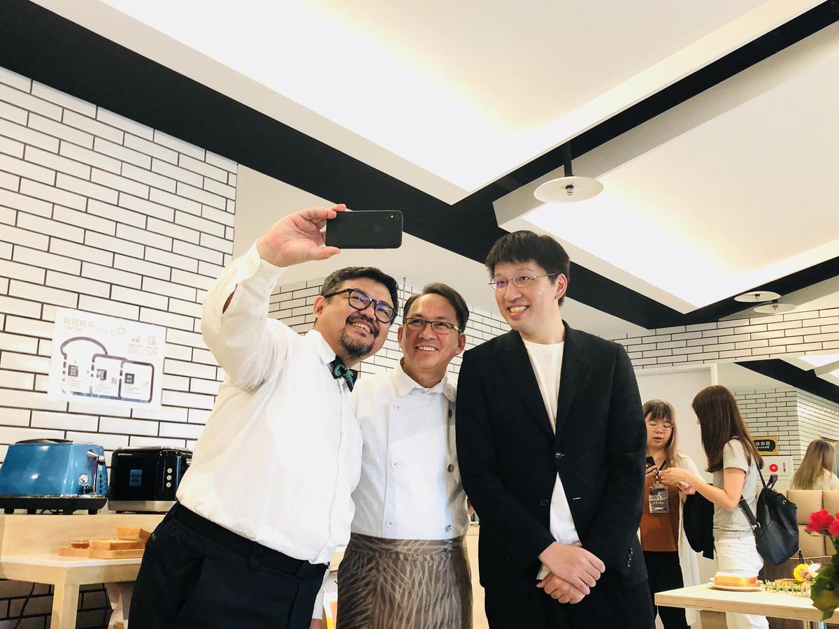 吳寶春(中)邀請Fika Fika Cafe創辦人陳志煌(左)設計飲品,並請知名設計師詹朴(右)為台北店烘焙服與制服操刀。