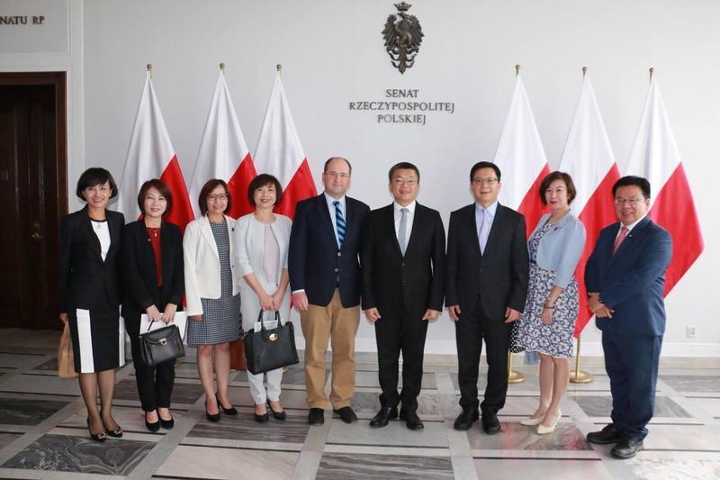 邱議瑩(左1)目前人在波蘭國會交流,對於各方指教表示虛心接受。(翻攝自登真-邱議瑩臉書)