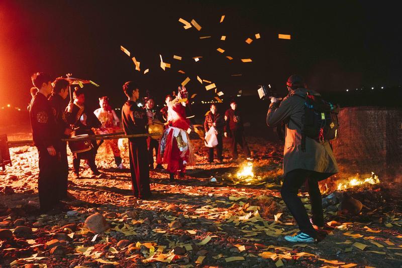 「送肉粽」是彰化沿海一帶的習俗,將上吊亡者的煞氣送走。(華影提供)