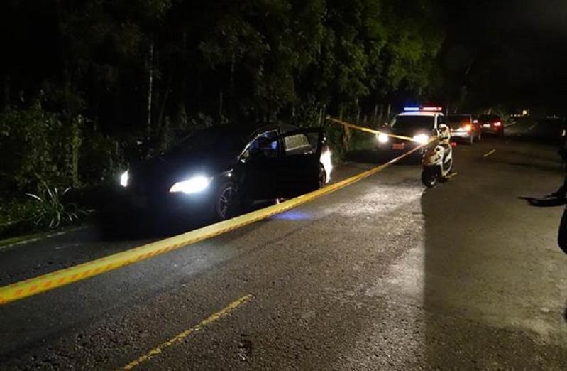 茶農遭狙殺現場,警方拉封鎖線採證。(警方提供)