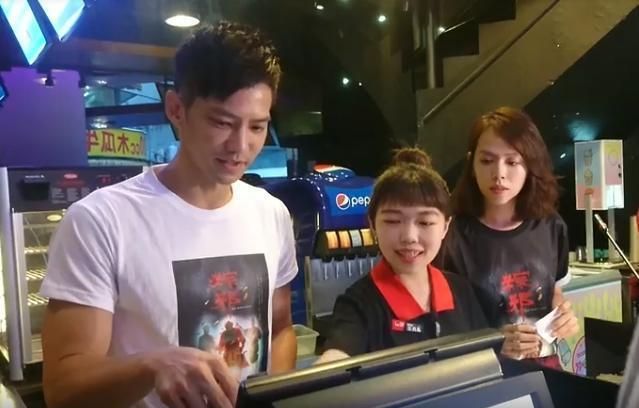 鄒承恩(左)與夏于喬(右)前進戲院擔任一日售票員,替電影催票,但操作收銀機不熟,還需要工作人員救援。(華影國際提供)
