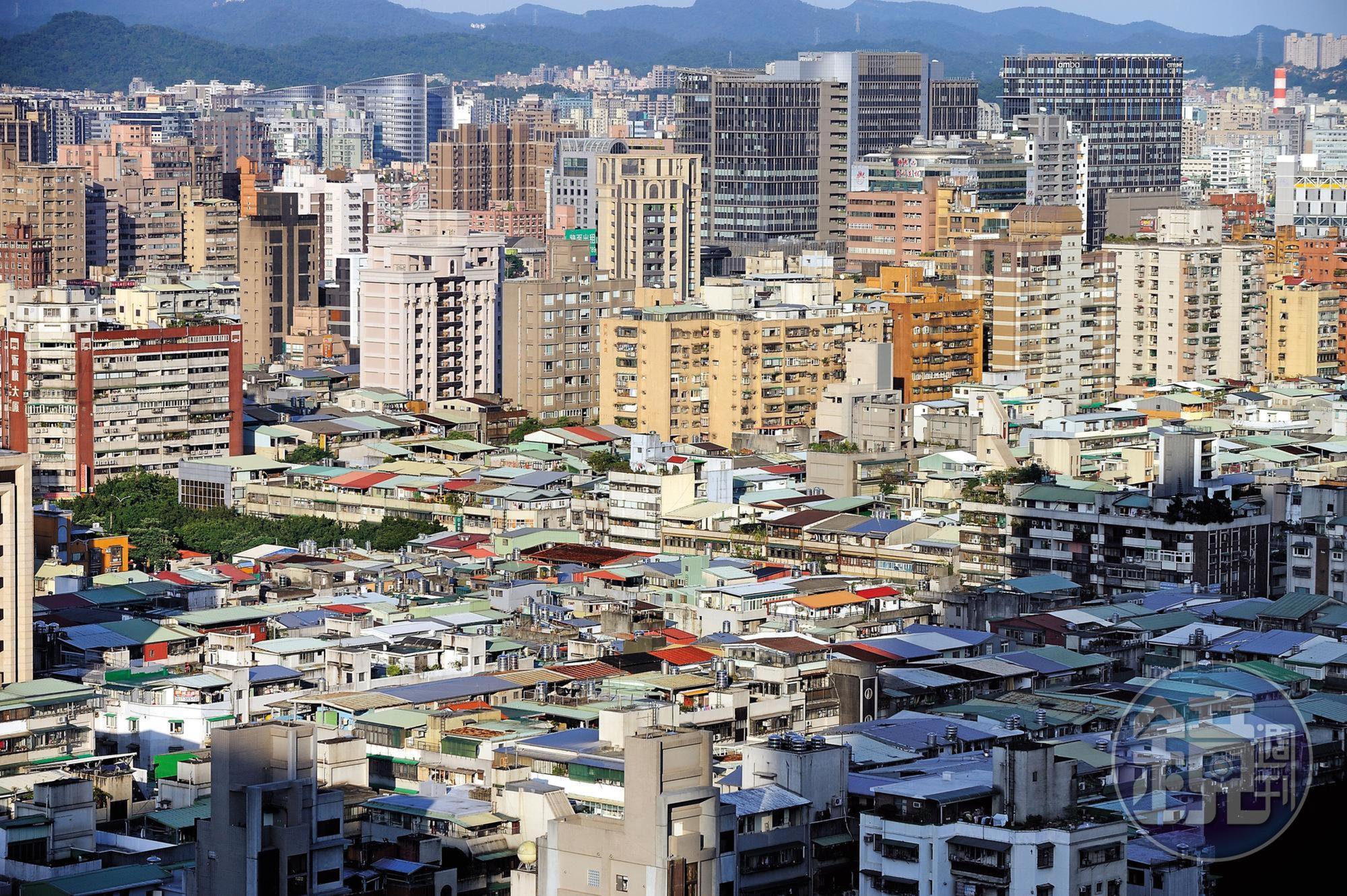 台灣目前30年以上的老屋高達384萬戶,一旦遭遇重大震災,後果不堪設想。圖中是台北市老舊公寓與新型大樓形成強烈對比。