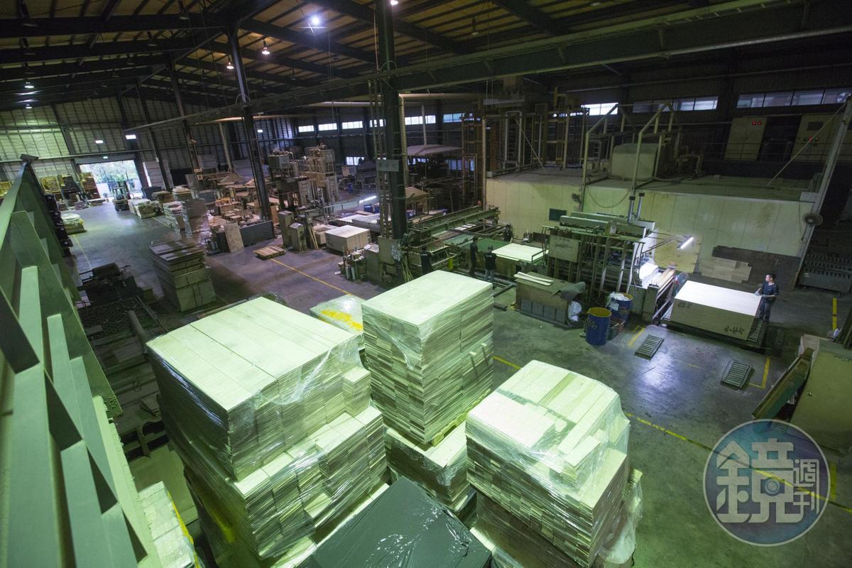 誌懋是台灣最大木地板廠,占地數千坪。