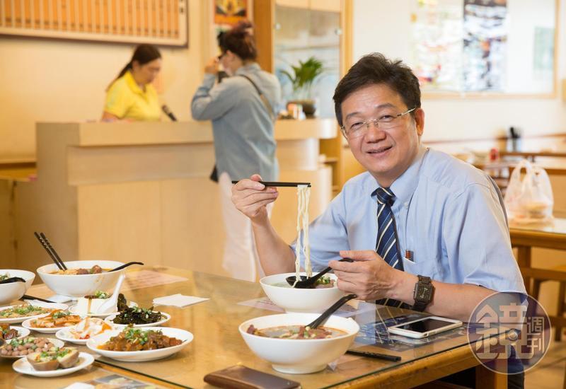蘇振毅常帶國外客戶來品嚐台灣聲名遠播的牛肉麵,清燉紅燒各有秋色。