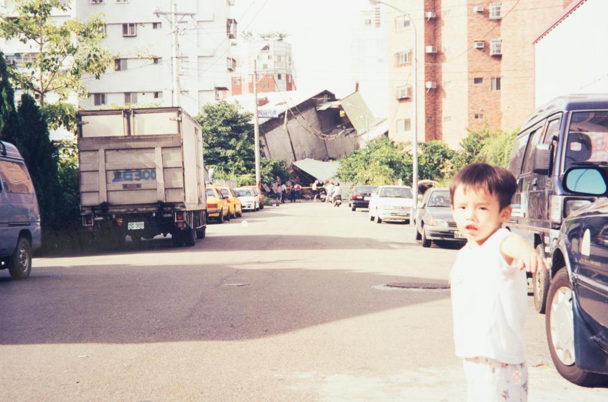 1999年921地震當天早上,蘇振毅在台中拍下這照片,這場天災隨後促使他跨足木地板製造業。(誌懋提供)