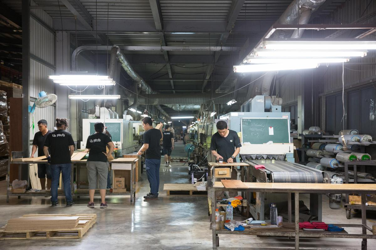 蘇振毅因父親病況發想出遠紅外線專利技術,圖為誌懋工廠內遠紅外線奈米塗裝的工作區。