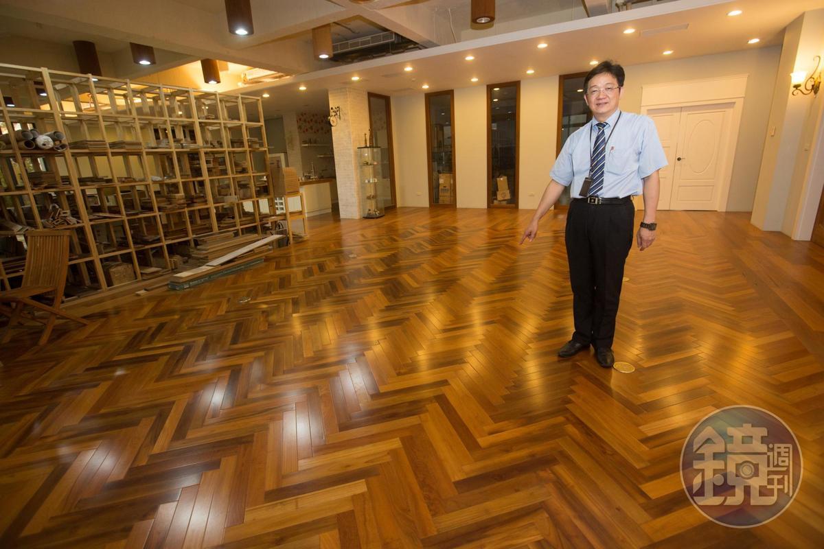 蘇振毅辦公室前方這一大片地板,是用杜拜哈里發塔出貨後剩料做成,同樣採人字形拼貼。