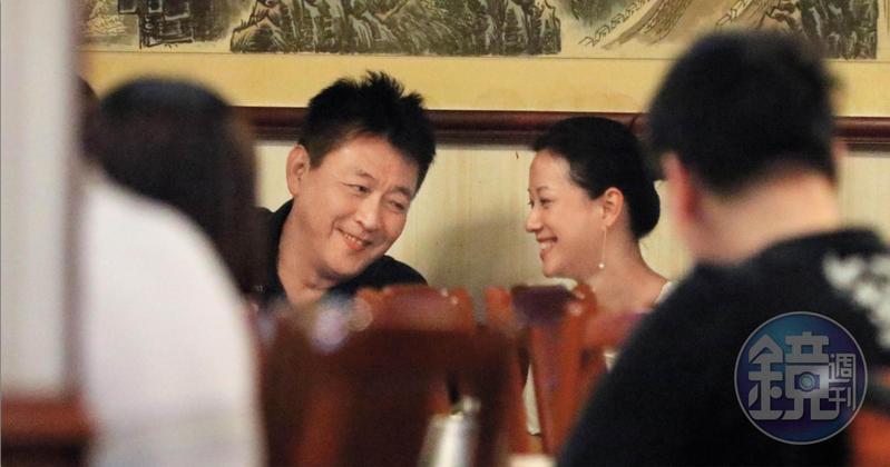 8月8日20:20,庹宗華(左)和倪虹潔(右)用餐氣氛愉快,酒酣耳熱之際頻頻交頭接耳。