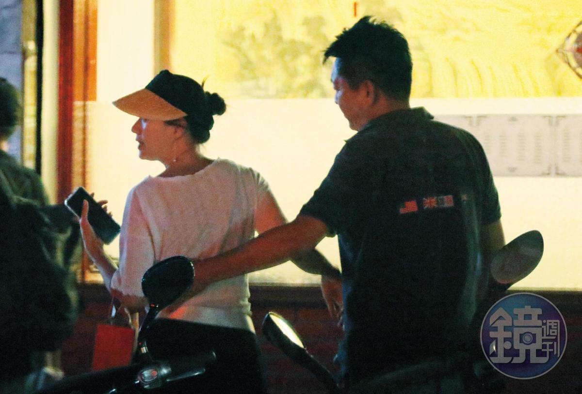 8月8日21:03,走出餐廳後,庹宗華(右)一手攬住倪虹潔(左)的腰際,模樣親密。