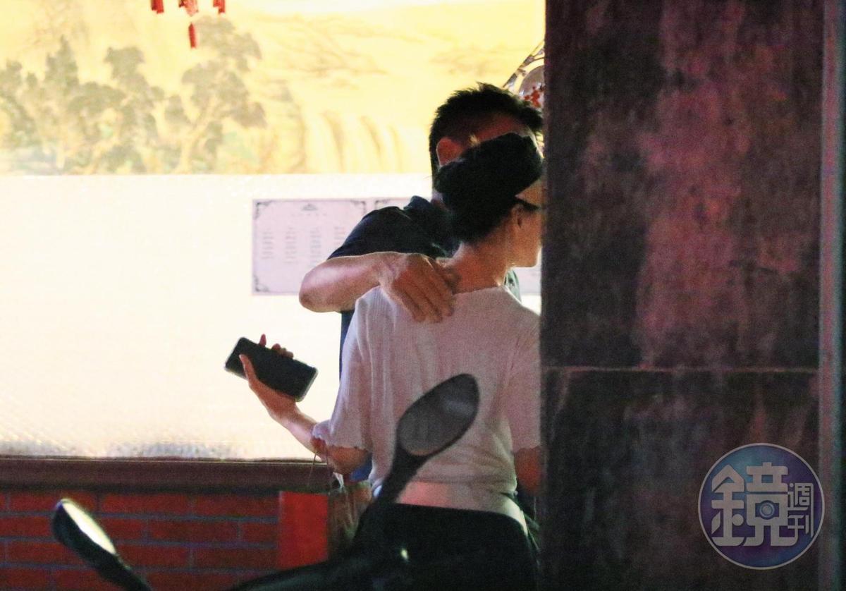 8月8日21:05,庹宗華攬著倪虹潔,一起走去搭計程車。