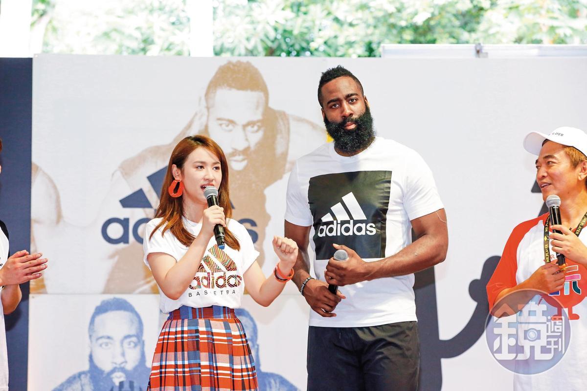 吳姍儒(左)出道至今訪問過許多大明星,早先NBA球星詹姆士哈登(右)來台,她還小秀了一下自己的英文功力。