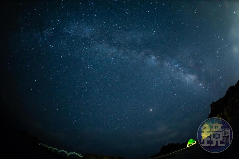 「三仙台」的夜色絕美撼人,一彎銀河橫越天際,繁星放閃,海濤聲澎湃。
