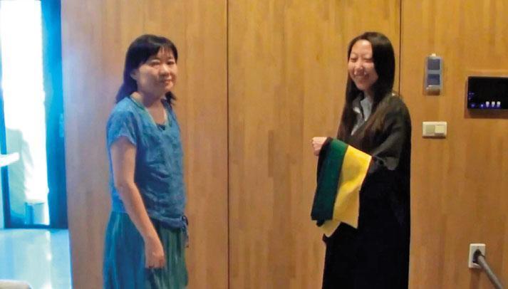 歐馨雲(左)幫女兒(右)授碩士服帶,對於與前夫萬東平債務糾紛,相當低調不願表示意見。(翻攝網路)