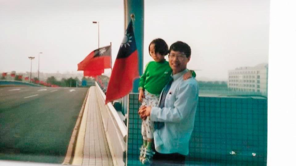 萬東平拿出二十多年前抱著女兒的照片,對比如今前妻與女兒不聞不問,相當感慨。(萬東平提供)