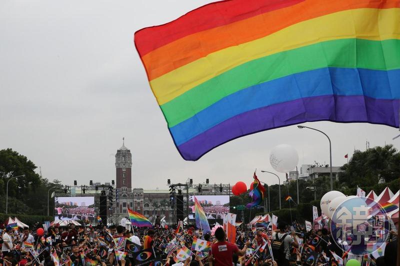 「平權公投小組」今赴中選會,遞交保障同性婚姻的婚姻平權案以及實施性別平等教育等2項公投連署提案,2案共計收到超過100萬份連署書,也創下非政黨主導公投案最快達標記錄。