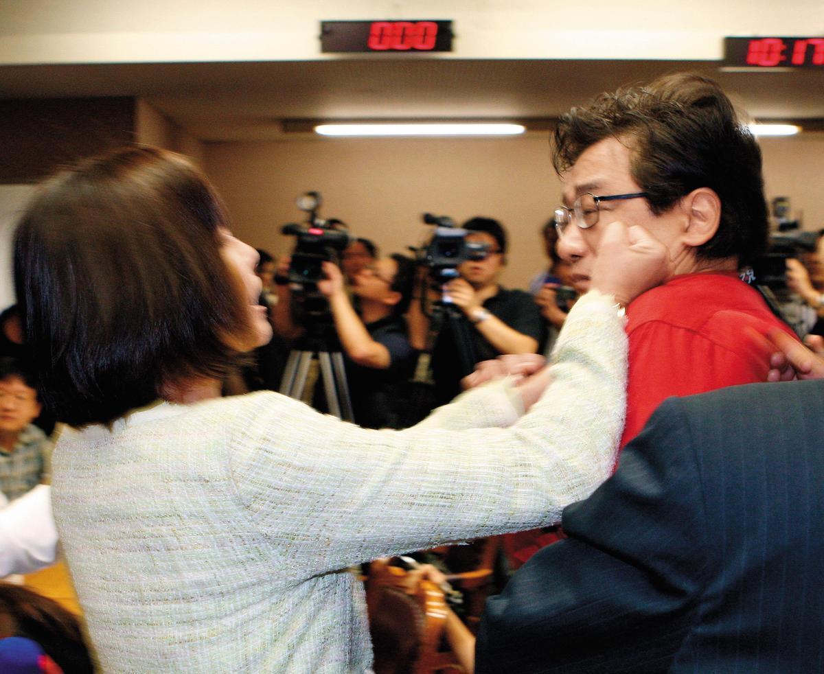 李慶華在立法院對立委邱議瑩說:「有點風度和家教嘛。」還反問:「妳還要打我嗎?」邱議瑩當眾甩了李慶華一巴掌,堅持不道歉。(中央社)