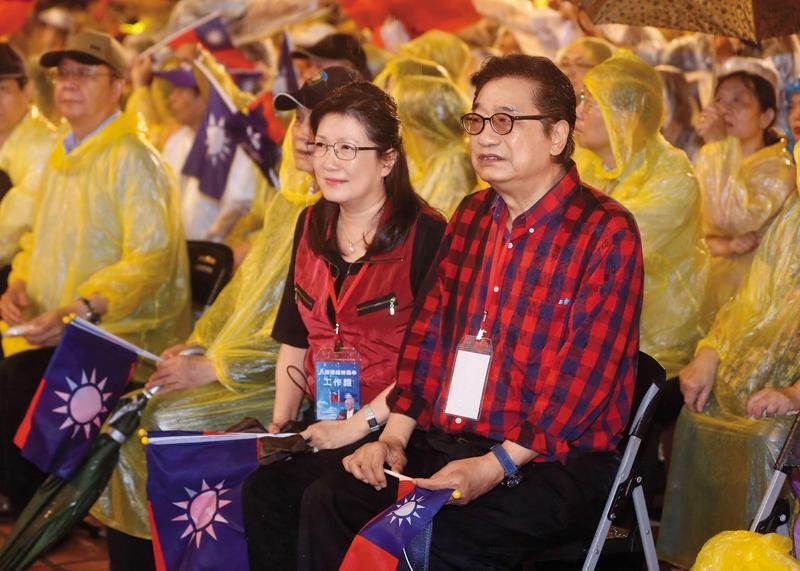 前國民黨立委李慶華涉嫌詐領公費助理薪資達上百萬元。妹妹李慶安則淡出政壇多時。