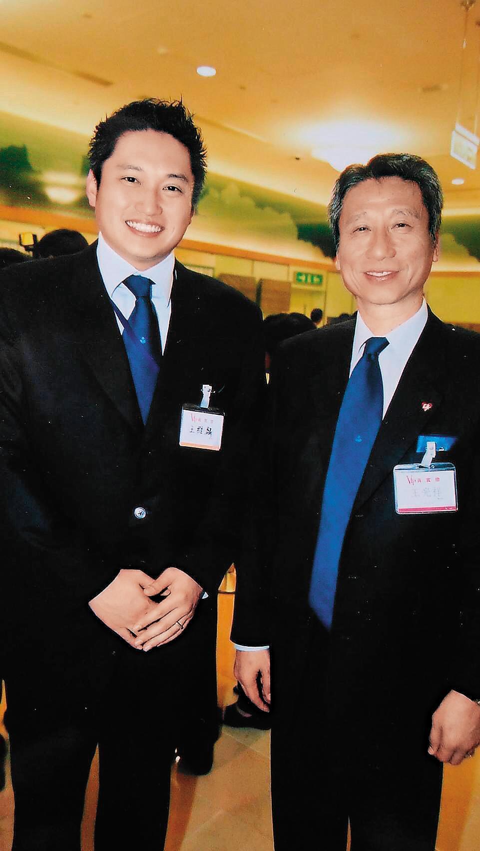 三圓建設董座王光祥(右)白手起家,近年來已開始布局由兒子王雅麟(左)接班。(周嘉華攝)