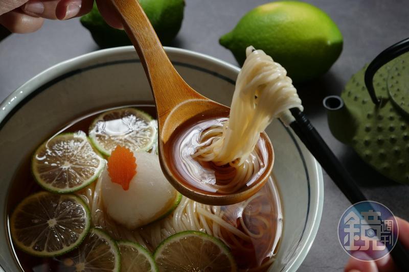 檸檬酸湯配滑溜的稻庭烏龍麵,非常消暑。