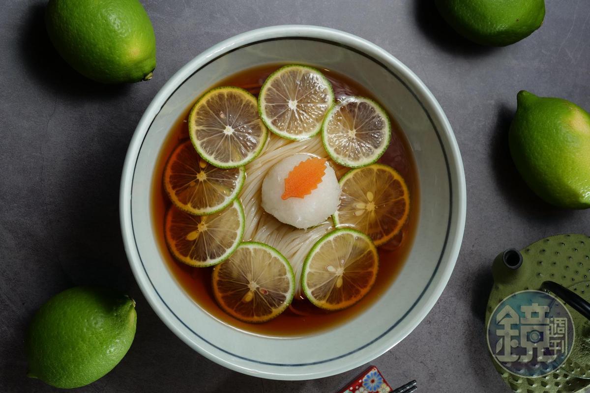 「夏檸涼湯稻庭烏龍麵」以檸檬片的酸爽芳香入湯頭,十足消暑。(240元/週間午間套餐,另附小菜、玉子燒)