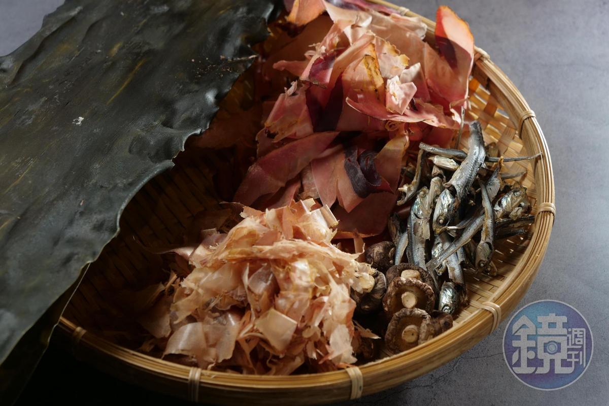烏龍麵醬汁湯頭是由昆布、柴魚片、香菇、小魚乾熬成。