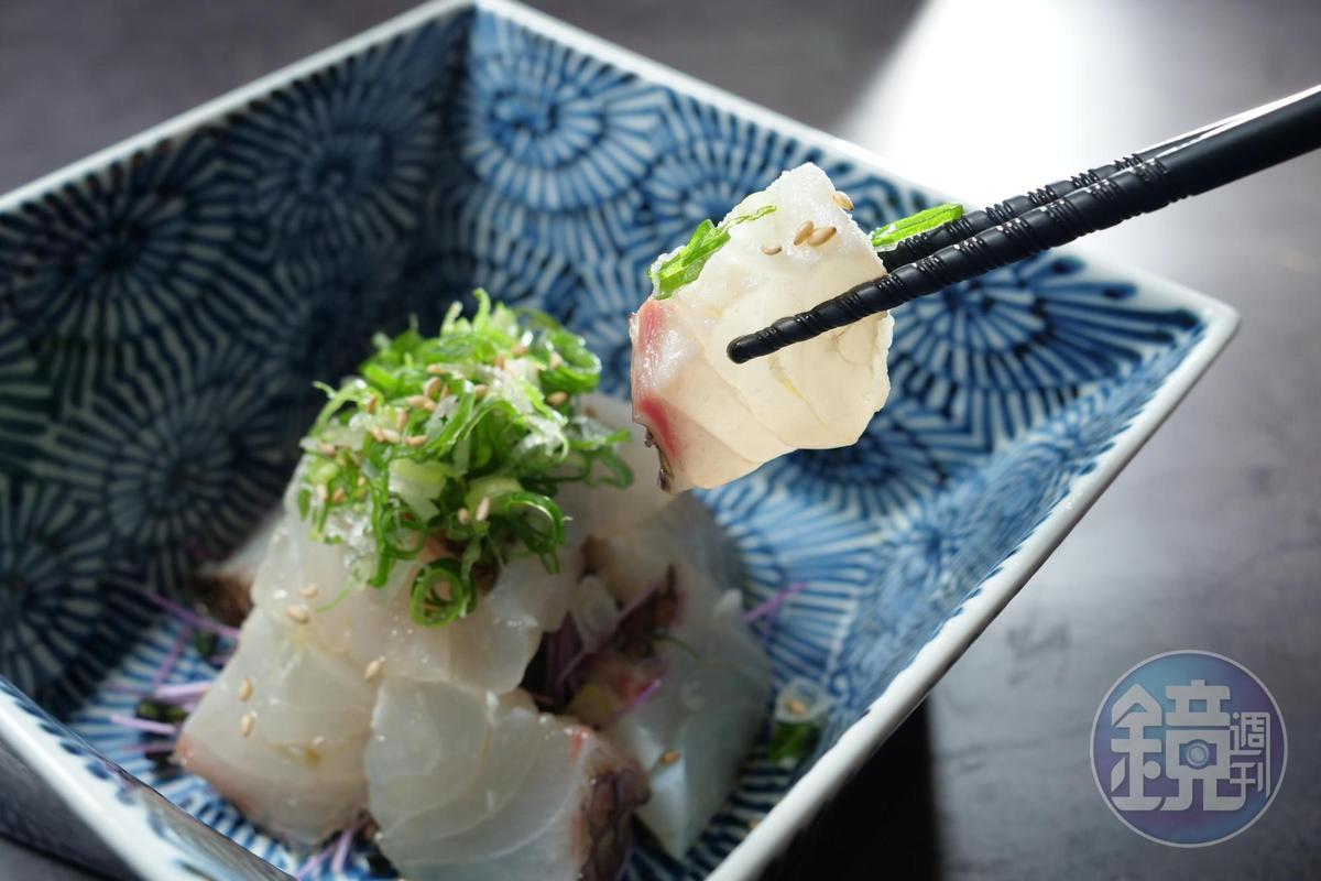「鯛魚生魚片」加了麻油特別香潤。(380元 /份)