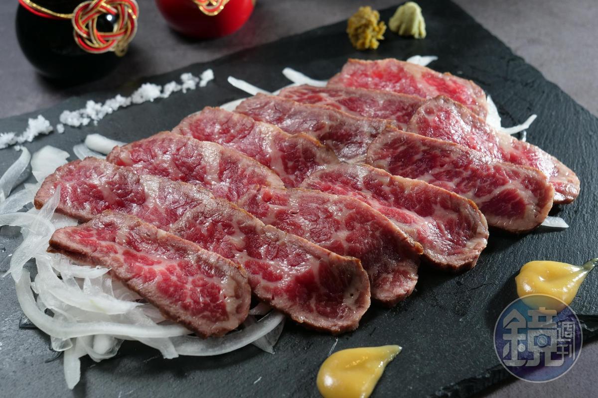 「牛肉塔塔奇」薄切生牛肉包進洋蔥蘸醬汁吃,特別鮮美。(450元 /份)
