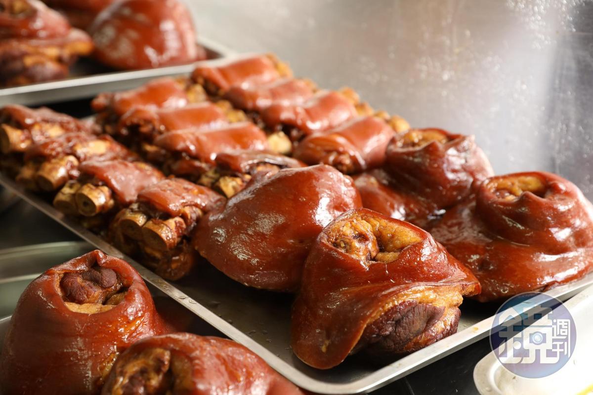 鐵盤上豬腳部位一字排開,先以油亮色澤鼓動食欲。