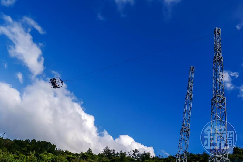 「空中盪鞦韆」高度將近15層樓,擺盪時速達150公里,非常刺激。