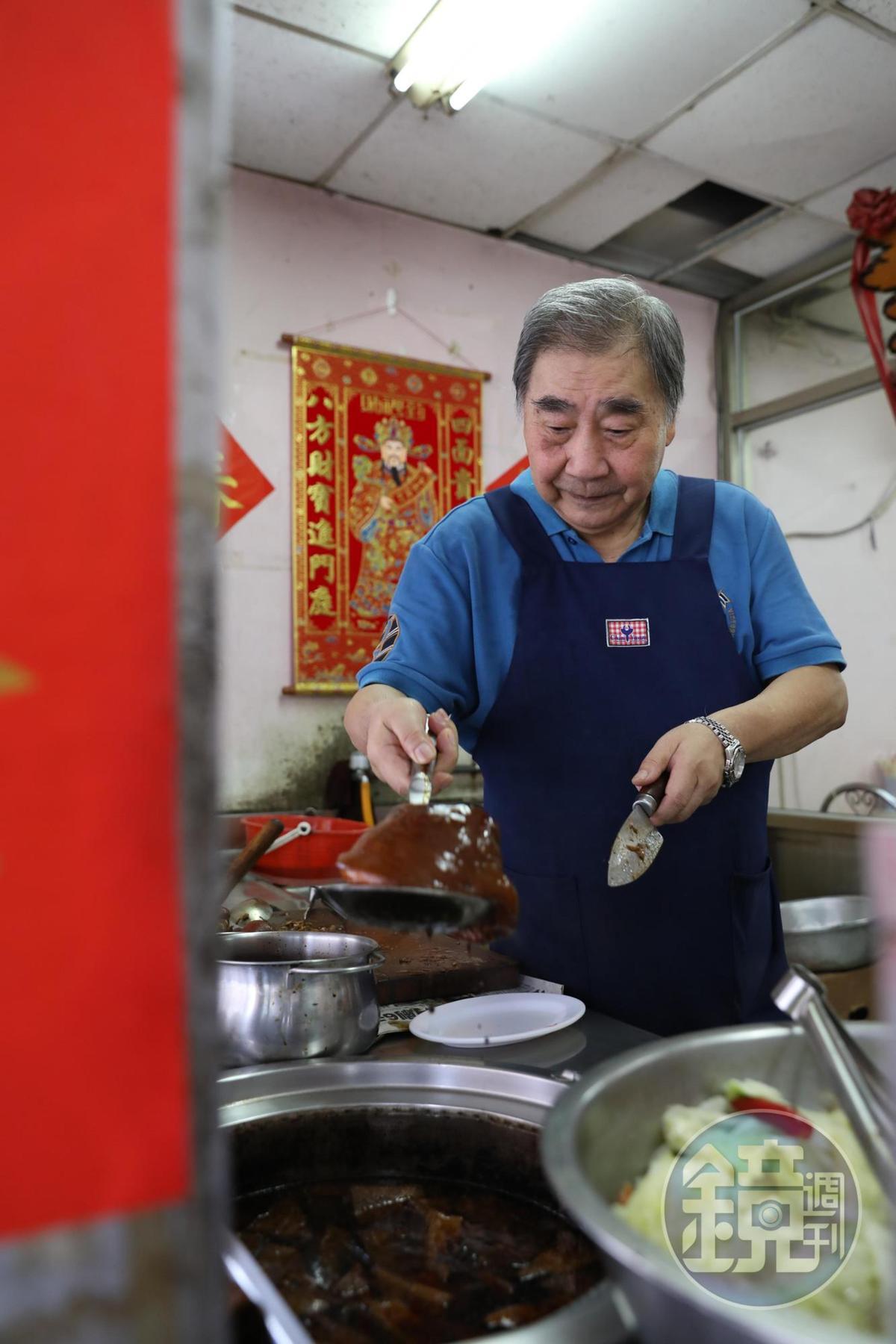 老闆于家興滷豬腳沒拜師,全靠自學,滷煮功夫一流。