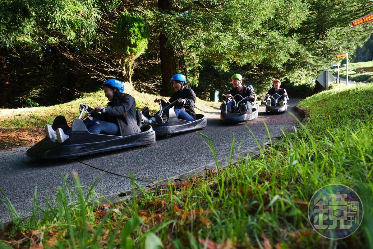 「斜坡滑車」雖僅靠地勢高低差產生動能,但仍有速度感。