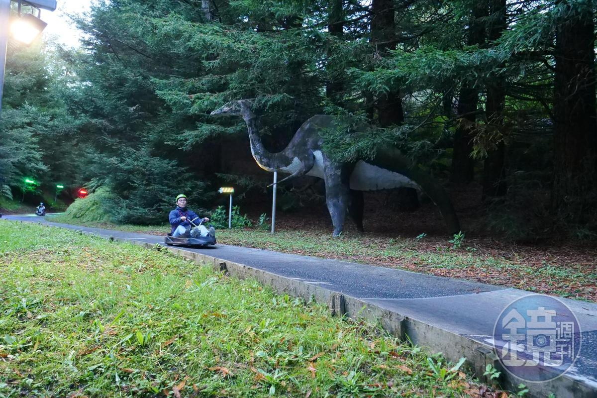 賽道旁的風景多變,還有恐龍造景。