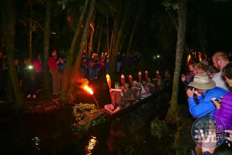 穿著傳統服飾、臉上紋著刺青的毛利人,划著古代獨木舟出場,中氣十足地喊著口號,配上猙獰表情,氣勢驚人。
