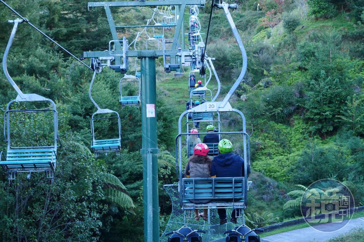 玩完「斜坡滑車」,只要坐上纜車就能回到出發點,一點也不費力。
