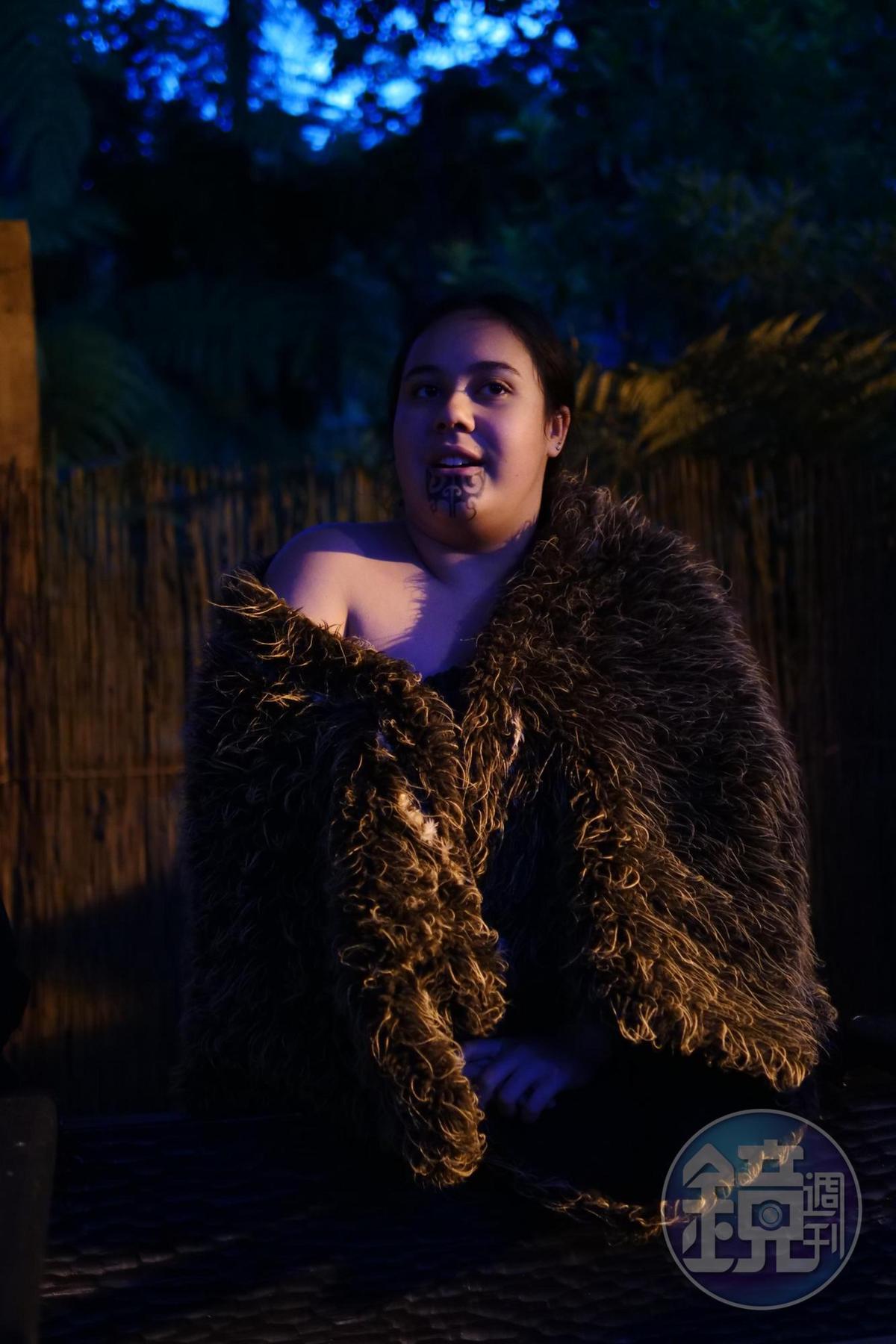 村長女兒一身厚重的羽衣,是用上百隻奇異鳥的羽毛織成,象徵尊貴身分。