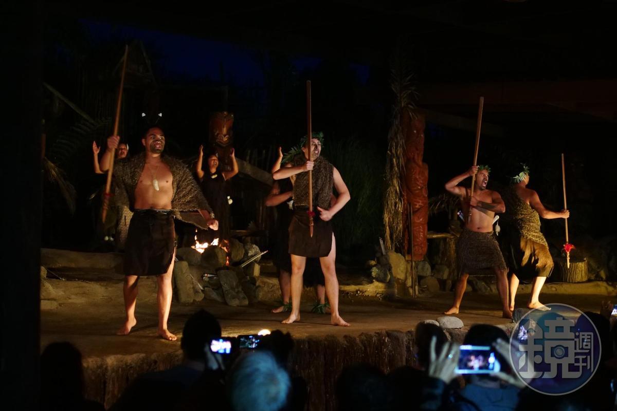 氣勢磅礡的毛利戰舞,讓人忍不住拿起手機記錄。