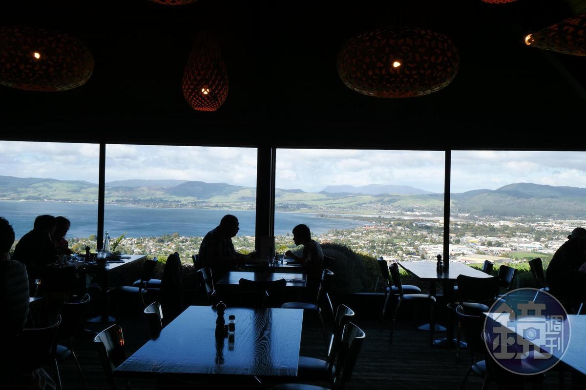 選個靠窗位置,用無敵美景佐餐,滋味令人難忘。