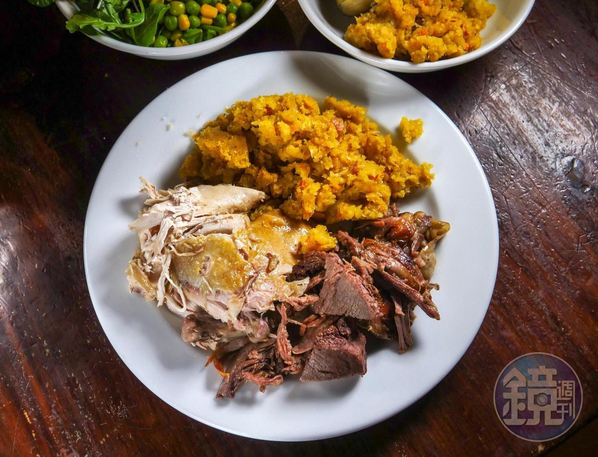 歷經5小時燜蒸,雞肉和羊肉輕輕一夾就骨肉分離,由於僅用鹽調味,風味相當原始。