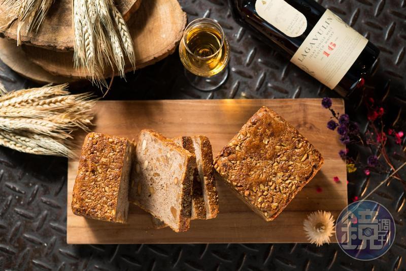 「Lagavulin 16年」(1,990元/瓶)的強勁泥煤味,為「Lagavulin 16年紳士裸麥無花果麵包」(160元/顆)帶來粗獷的風味。