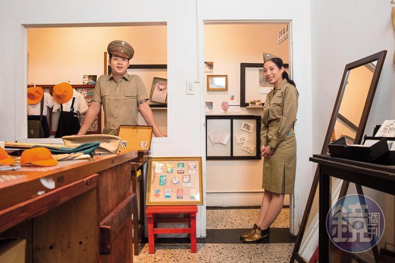 中美牌學生服第三代蔡佳霖(右)、蔡旺達(左),3年前回家工作,推廣台灣制服文化,發展文創商品。