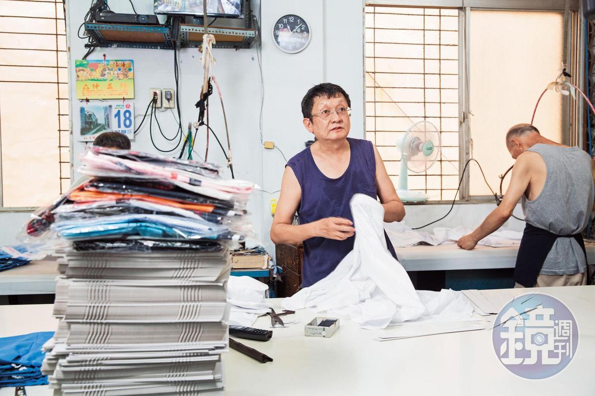 中美牌學生服第二代陳川山(右2)說,他最驕傲的是2家多年長期的合作。