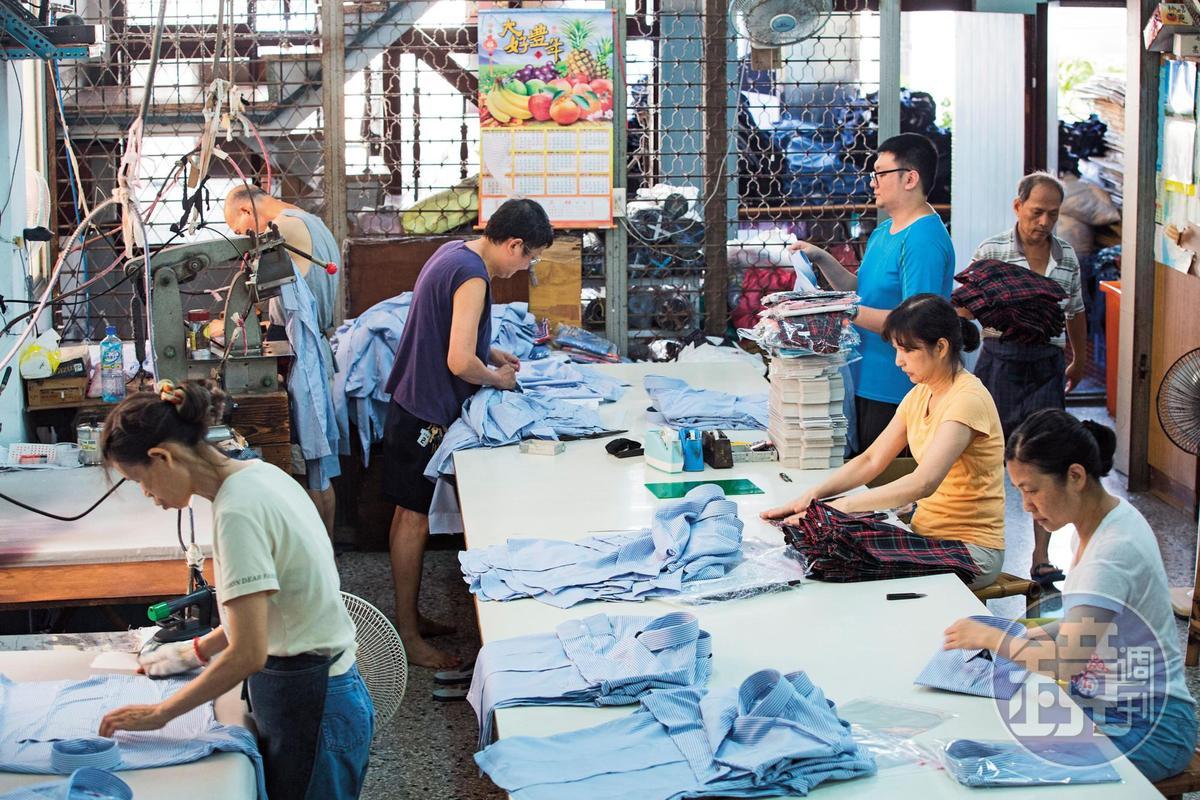 暑假是制服業的旺季,陳川山和其子陳韋煌與員工忙著出貨。