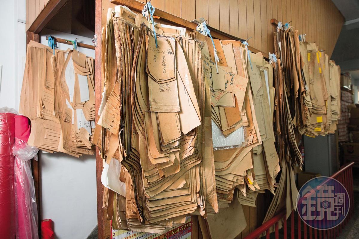 中美牌學生服的牆上,掛著許多用來打樣的紙版。
