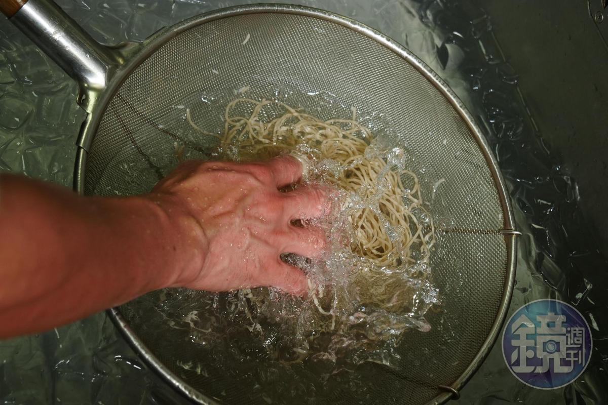 煮好的蕎麥麵放進冰塊水裡漂洗冰鎮。